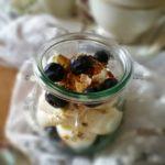 Heidelbeeren auf Vanille-Sahne-Creme mit karamellisierten Kürbiskernen