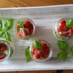 Eierlikör-Mascarpone-Creme mit Erdbeeren und süßem Basilikum Pesto