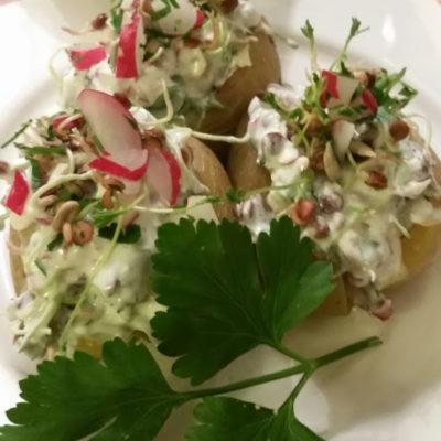 Ofenkartoffeln mit Radieschen-Sprossen-Joghurt