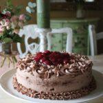Schokoladen-Sahne Torte mit Kirschen