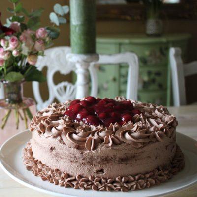 Schokoladen-Sahne-Torte mit Kirschen