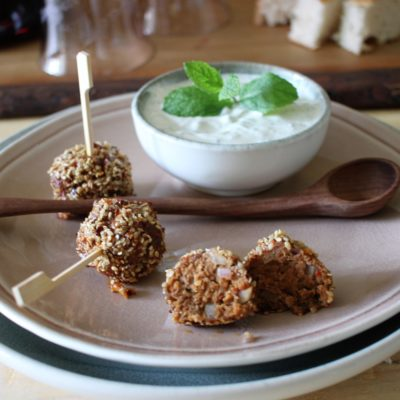 Würzige Hackbällchen mit einer Sesam-Chilikruste und Minzjoghurt | Low Carb