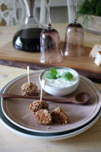Würzige Hackbällchen mit einer Sesam-Chilikruste und Minzjoghurt