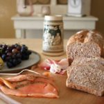 Brotzeit mit Dinkel-Walnuss-Brot zum Tag des deutschen Butterbrotes