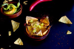 Tortillas mit überbackenem, scharfen Hackfleisch