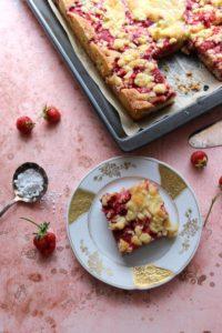 Erdbeer-Rhabarber-Kuchen mit Butterstreuseln